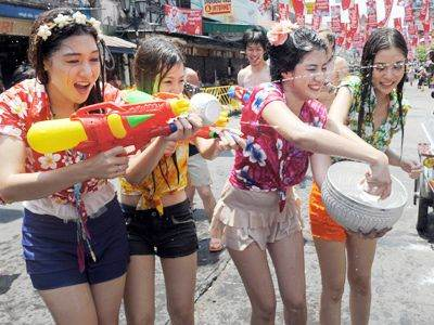 Thai-teenagers-enjoy-a-water-battle-with-foreign-tourists-during-the-Songkran-Festival-along-the-famous-travellers-area-of-Khao-San-Road-in-Bangkok-on-April-12-2012